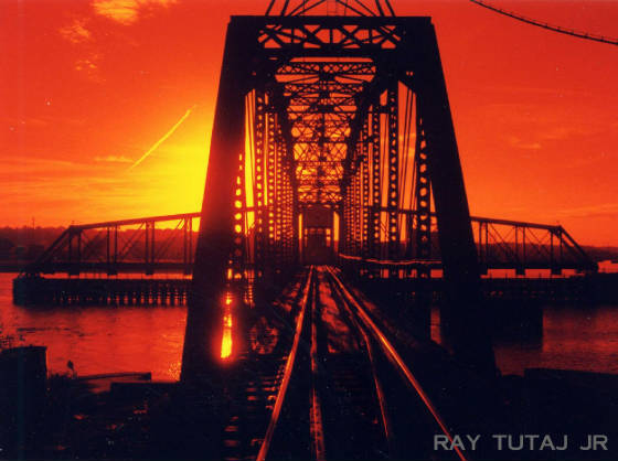 websitestructuresdubuqueicswingbridge2001at350dpi.jpg